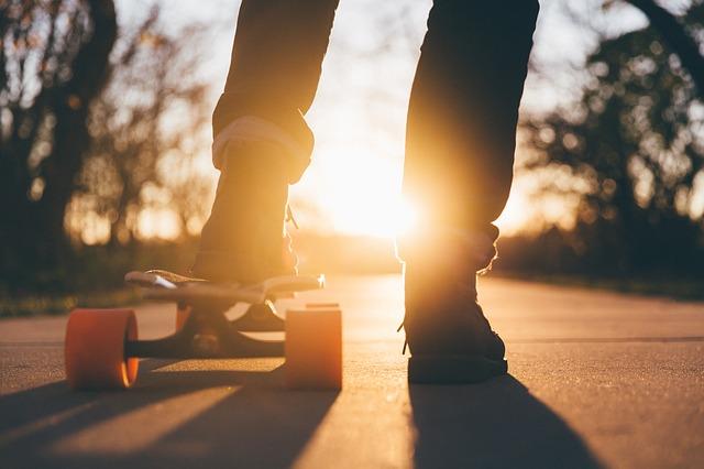 noha na skateboardu