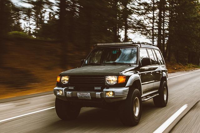 jedoucí auto s rozsvícenými světly.jpg